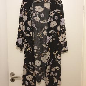 Rigtig fin kimono i blomstret mønster fra Pigalle. Er i fin stand og også god at bruge, hvis man er gravid.