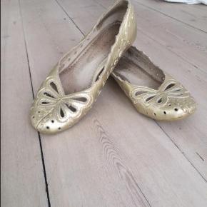 Varetype: Fine Ballerina Farve: Guld Oprindelig købspris: 500 kr.  Fine Ballerinaer fra Stylesnob - kom gerne med et bud ;-)