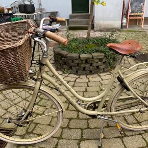 Super flot raleigh cykel sælges. 3 gear virker som de skal. Cyklen kører helt perfekt. Minimal rust, og ser næsten ud som ny.  Brooks sæde og kurv.  Godkendt lås og lygter.  Dog er plasticen der viser gearerne røget af. Kan sikkert fixes nemt.  Gearene kører som de skal!  Nypris 6000