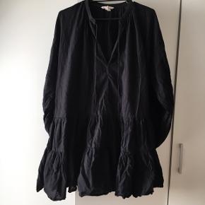 """Sælger denne super fine H&M flæsekjole. Den er brugt nogle gange derfor """"god men brugt"""" men er i rigtig fin stand. Den kostede omkring 400 fra ny.  Vil kalde det en kjole/en tunika da den godt kan bruges med bukser under også. Jeg er 170 og kan samtidig også bruge den som kjole."""