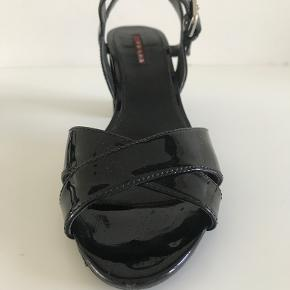 Sort lak sandal fra Prada 7,5 cm block heel Meget fin stand, og kun brugt en gange - æske og dustbag medfølger.