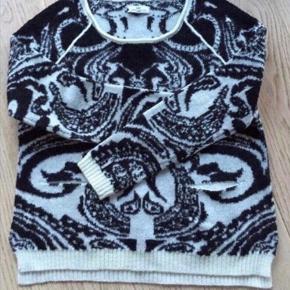 Lækker DAY Paisley Pullover. Den er som ny, da den kun er brugt få timer, ej vasket. Materiale: 72% wool, 17% acrylic, 11% nylon.  Kommer fra røg og dyre frit hjem