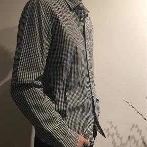 Varetype: Skjorte Farve: Blå  Klassisk blå ternet skjorte fra Tommy Hilfiger  Kvalitet: 100% bomuld