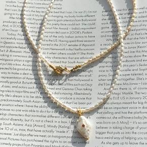 Smuk kæde med mini ferskvandsperler og harlekin perle. Zirkon perlen i midten på vedhænget er orange, kan laves i mange forfordelingen farver. Spørg..  Længer efter ønske.  Pris 300.-