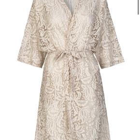 🧡Kimono fra Second Female 🧡 Feminin og utrolig smuk blonde kimono fra Second Female. Kimonoen er i smuk helblonde i offwhite med rosa undertoner i blonden. Modellen er løstsiddende samt har 1/2 ærmer og bindebånd i taljen.  🌸 Se mine andre annoncer og få mængderabat 🌸