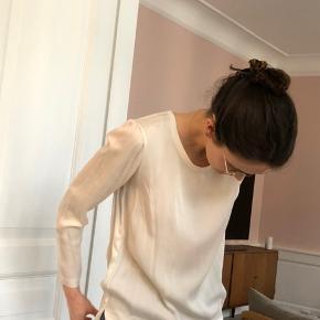 Creme Graumann 100% silkebluse med lange ermer. Længere bak en forann. Uden size label, ca Str 36-38:)
