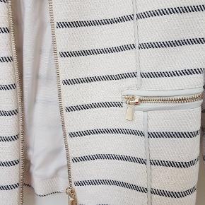Hvid jakke med striber i tykt bomuldsmateriale. Str. 40 / medium