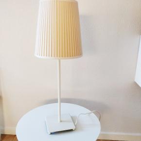 Hvid lampe fra IKEA. Næsten ikke brugt. Der er et lille buk på skærmen, som man næsten ikke kan se (jf. billede).  H: 64 cm Afhentes i Aarhus C.