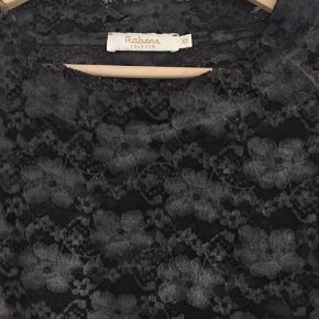 Gennemsigtig Blonde bluse i mørkegrå, fitter også en str S