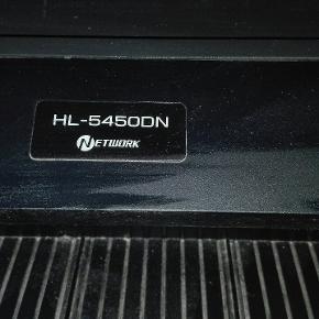 Sort/hvid Brother laserprinter til netværk, HL5450DN. Virker ikke helt perfekt mere, måske noget for den fingernemme! Flere tonere samt tromler medfølger. En toner skulle være helt fuld. Printeren leveres i original emballage.