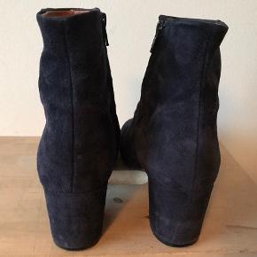 Fine mørkeblå ruskindstøvler som jeg må af med pga fodskade.