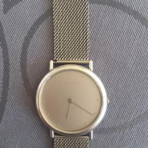 Klassisk ur model 347 Georg Jensen. Str på urkassen er 34 mm. Swiss ETA urværk. Batteri lige skiftet hos urmager.  Lækkert ur!