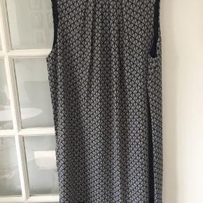 Aldrig brugt. Super sød sommer kjole. Bytter ikke. Brystvidde 2 x 49 cm Længde: 90 cm