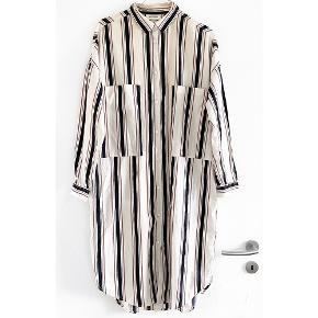 MONKI skjortekjole i stribet med store lommer foran   Størrelse: XS   Pris: 80 kr   Fragt: 39 kr ( 37 kr ved TS handel )