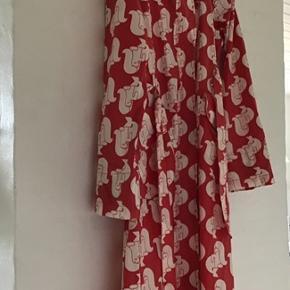 Havfrue mønster i rød/hvid. I rigtig pæn stand. Ser ikke brugt ud.