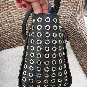 """Den smukkeste taske. Kan sagtens bruges som arbejdsmarkedet. Rummelig og overskuelig at bruge. Brugt 4-5 gange. INGEN SLID udover at der er brugsspor på """"dutterne"""" under bunden. Jeg bytter ikke 🌸"""