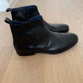 Sælger et par sorte Chelsea boots fra nome, har aldrig gået med dem for de har altid været lidt for store til mig. Super lækkert læder, de fremstår meget elegante og stilede. Størrelse 45.