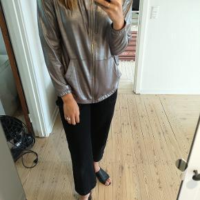 Sweatshirt med metallisk udseende. Fra H&M's Coachella collection.