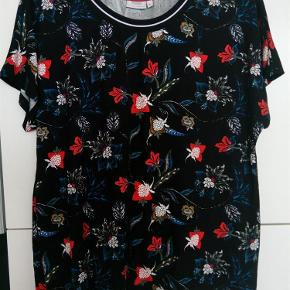 Fin fin bluse med skønne blomster.  Den er brugt en enkelt gang.  Se desuden mine andre annoncer.  Fin med blomster Farve: Se billeder
