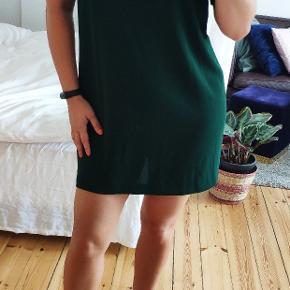 Super flot mørkegrøn crepe kjole, som desværre er blevet for stor til mig. Jeg er en str S/M