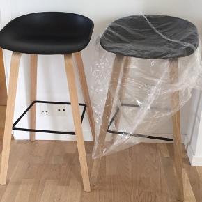 2 stk Hay barstol Sæde højde 74 Sæde sort polypropylene Ben sæbebehandlet eg Ny pris 3300  Prisen er for 2 stk