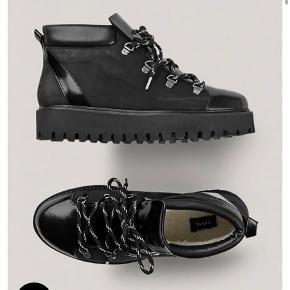 Ganni Winter City Boots / Støvler med for indeni. Rigtig gode og dejlige at gå i. Har en par andre vinter støvler, så får desværre ikke disse brugt.  Str. 38  Nypris var 1999,-