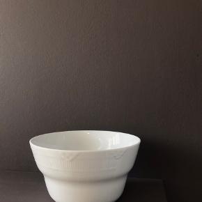 Smuk elements skål fra RC. 1. Sortering, ingen skår.  Det er denne:  https://www.royalcopenhagen.com/dk/da/Series/Skal-160-cl/p/1017072  Jeg sender ikke, men den kan afhentes på Østerbro.