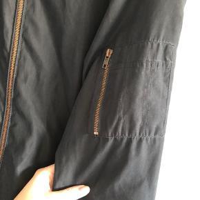 Bomberjakke, næsten som ny :) brugt som en oversize jakke