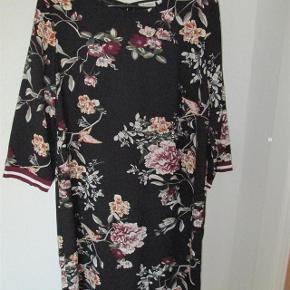 Rigtig fin kjole i god kvalitet, mærket er Pigalle fra ONLY. Sød bare som kjole men også super sød med gamacher under.  Aldrig brugt.  Kun vasket så den er klar til brug, hvilket jeg gør med alt nyt.