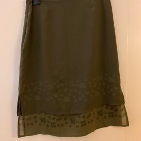 Sød nederdel fra vero Moda i olivengrøn farve. Str M stort set ikke brugt