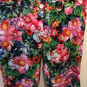 Vildt flotte bukser med baglomme og sidelomme. Lidt stræk. Aldrig brugt. Bytter ikke.
