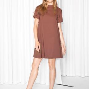 Flotteste rødbrune kjole i A-snit fra & Other Stories. Perfekt stand, aldrig brugt, dog uden prismærke. Nypris: 550 kr.Farven er tilsvarende de to første billeder.  Haves også i svag olivengrøn str. 38