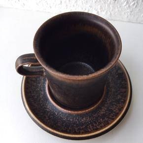 Arabia kaffekopper med underkop. Har 5 sæt og desuden 3 kopper uden underskål. 100 kr for de fem sæt og 120 for det hele.