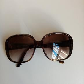 Brugte Gucci solbriller, til en rigtig god pris. Se serienummeret på foto no 2. Helt uden ridser.  Case og klud medfølger selvf.  Prisen afspejler at case er meget slidt og solbriller brugt i over 3 år.