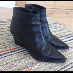 Fede støvletter i lækkert læder. Nypris 1600. Lille 39 (svarer til 38)