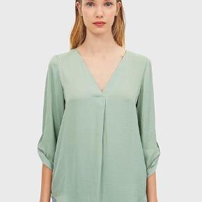 Super smuk bluse i fin tynd satinkvalitet. I beige farve med striber. I pæn stand. Brugt kun to gange.