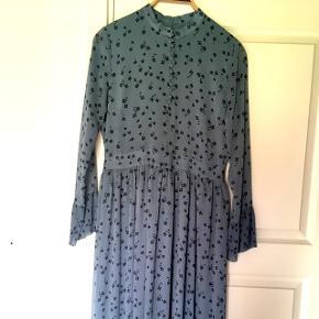 Sælger min fine Gestuz kjole da keg dsv ikke får den brugt. Den er blå og lang. Str. 38. Har en god pasform.