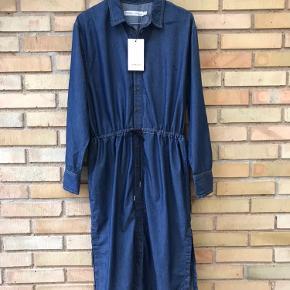 Kjolen er i størrelse 36, men er en smule store i størrelsen, så en størrelse 38 kan også passe kjolen. Nypris i butikkerne er 1000kr.