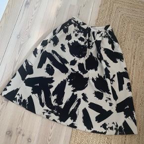 Smuk nederdel i kraftigt stof. Sort og cremefarvet. Med lommer!