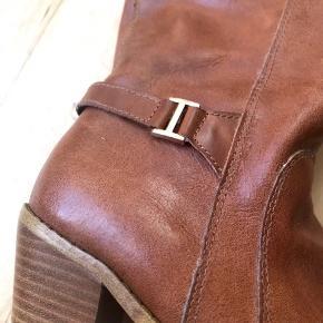 Støvlerne har ingen skader og er i god stand. De er kun brugt en gang, og fejler derfor intet.  Hælen er ca. 6 cm høj.