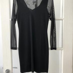 Halv gennemsigtig, sort kjole fra Mango