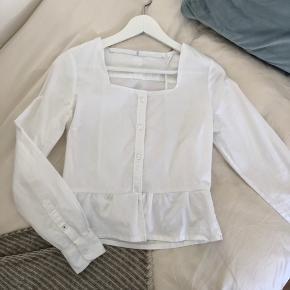 Hvid trøje med squareneck  Super fin Kan også passes af xs
