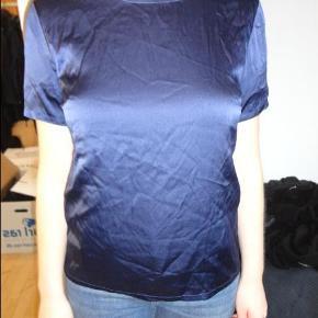 Varetype: t shirt ægte silke t shirt Farve: Mørkeblå Oprindelig købspris: 1200 kr.  NUL BYTTE. modellen er 175 cm og bruger selv en str 38-40. skambud ignoreres. kan hentes i KBH K. sender også med dao til 33 kr. kun seriøse bud tak.byd ikke hvis du ikke mener det. jeg tager mobilepay. glæder mig til at høre fra jer:)   i ægte silke med stræk i.