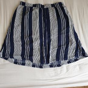 Næsten ubrugt nederdel fra C&A. Nederdelen kan passes af både en str. L og XL.