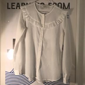 Gratis fragt ved køb af over 100 kr. i efterårsferien ✉️💌  Super fin og elegant bluse fra Modström. Blusen er brugt nogle gange, men er stadig i super fin stand!   Se også mine andre annoncer 🤗🍊