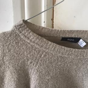 En sød sweater i beige/grå/brun farve.