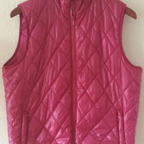 Dame veste fra VRS Woman .  100% polyester . Er rummelig,   stor M  Brystmål   114 cm Længde   63 cm