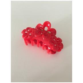 Rødt hårspænde sælges, aldrig brugt. Sidste billede viser blot str af hårspændet.