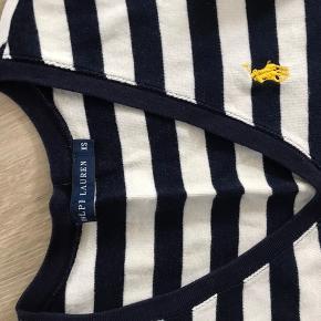 Ralph lauren T-shirt i blå og hvid stribet, med gult logo. Brugt få gange