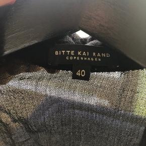 Flot kjole i god kvalitet, 120 cm fra skulderen og ned. Bemærk at det nederste stof er i lækker blød uld med inderfor.